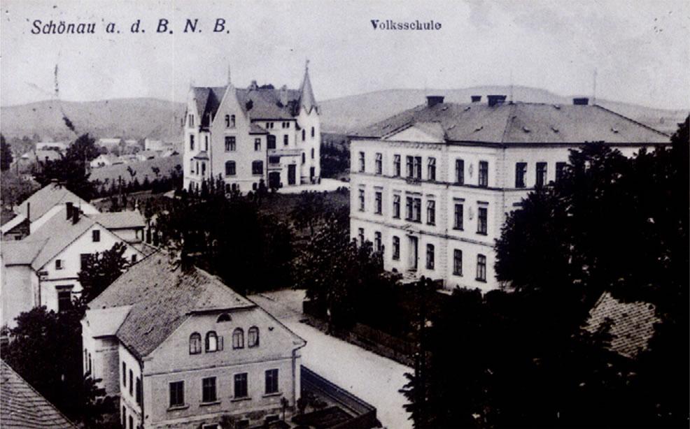 historický pohled - z kostelní věže - vpravo národní (malá) škola, vzadu bývalá železárenská vila